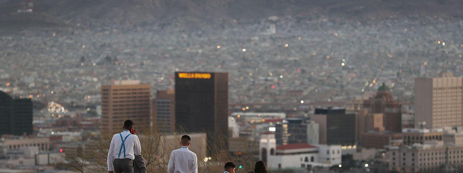 Magnifique vue depuis El Paso au Texas sur la ville de Juarez qui se trouve au Mexique. Entre les deux, la frontière.
