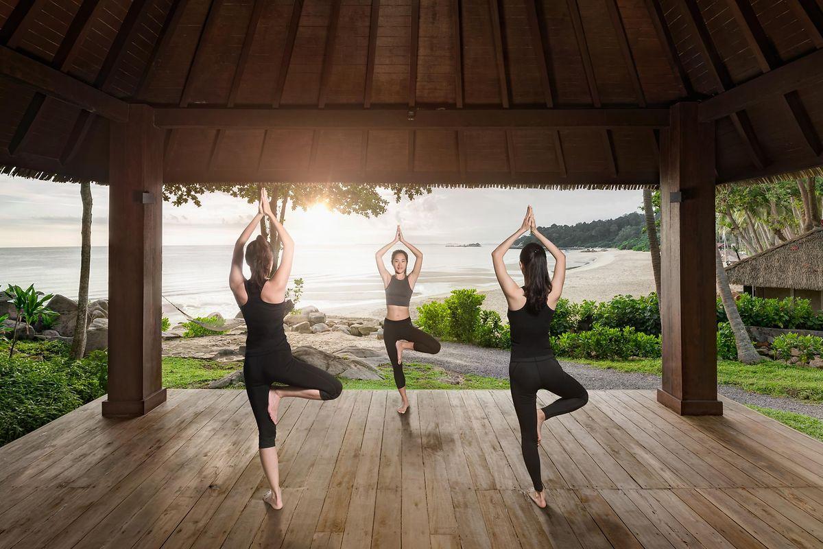 Yoga-Kurs mit Strandblick.
