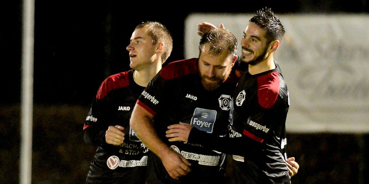 Luc Demeyer et Kehlen à la fête après leur succès 4-0 contre la Jeunesse Useldange.