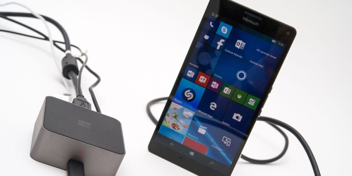Microsofts Display Dock verbindet Windows-10-Smartphones mit Computerbildschirmen, Beamern und Fernsehern - vorausgesetzt das Telefon hat einen USB-C-Anschluss.