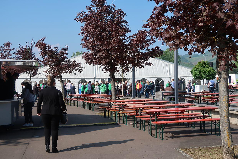 Bereis vor 10 Uhr drängen die Menschen in das Veranstaltungszelt.
