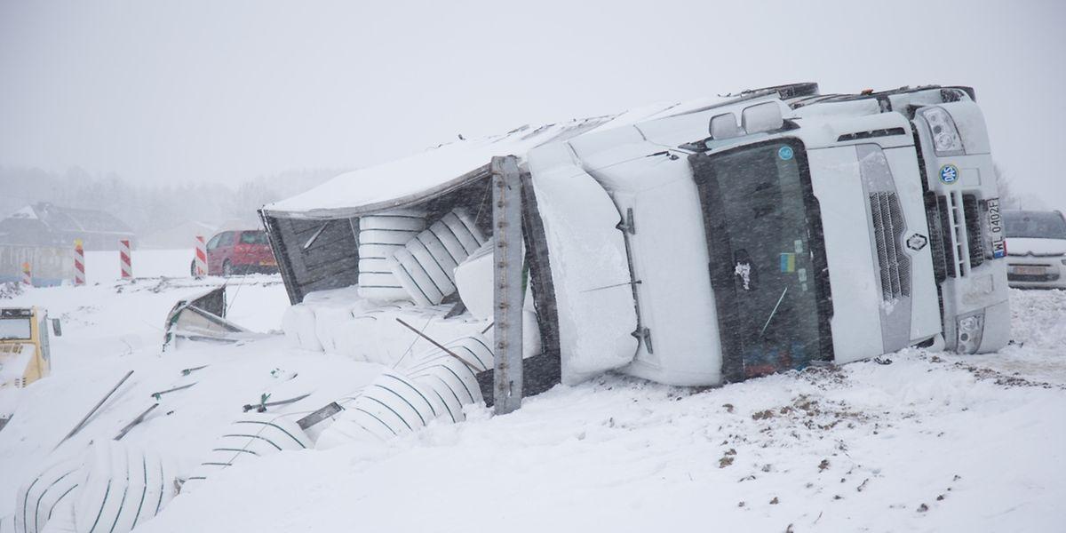 Die Bergung dieses umgekippten Lastwagens im Kreisverkehr Marnach am Freitag erforderte eine Vollsperrung der N7.