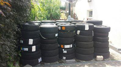 Am Lagerplatz der Tatverdächtigen: Die 115 neuwertigen Reifen sollen aus Diebstählen in der Großregion stammen.