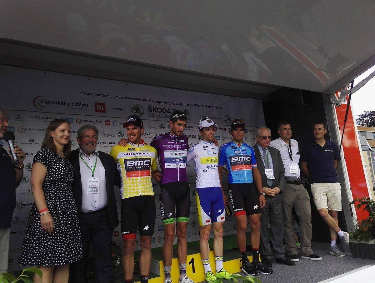 Les porteurs de maillots distinctifs réunis sur le podium à l'issue de la deuxième étape à Walferdange