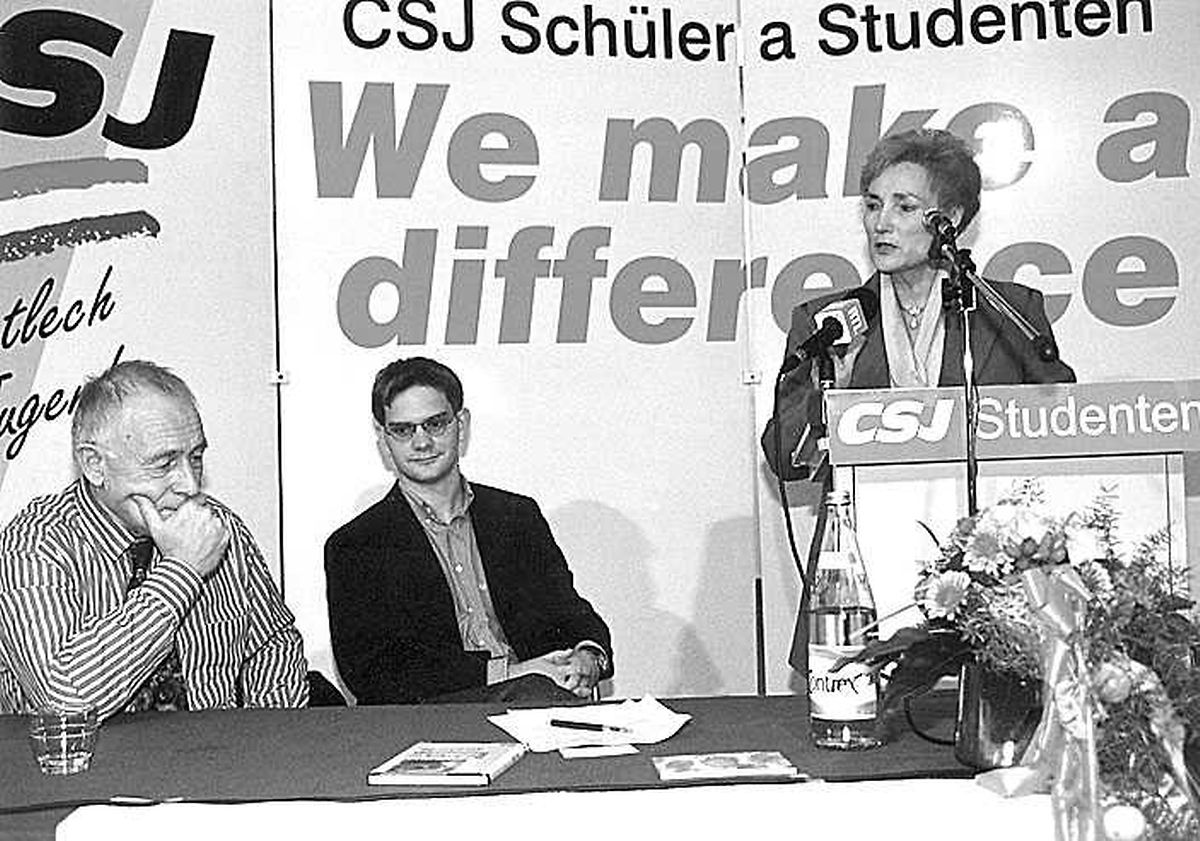 Geißler suchte auch den Dialog mit engagierten Jungpolitikern: 1998 diskutierte er in Luxemburg mit der christlich-sozialen Jugend. Auf dem Foto erkennt man zudem die CSV-Politiker Laurent Zeimet und Erna Hennicot.