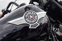 ARCHIV - 22.06.2018, Hamburg: Ein Motorrad mit dem Schriftzug «Harley Davidson USA» steht auf dem Festivalgelände der Harley Days vor dem Großmarkt Hamburg. Harley-Davidson wird wegen der EU-Vergeltungszölle auf amerikanische Waren einen Teil seiner Produktion aus den USA verlagern. (zu dpa «Harley-Davidson verlagert wegen EU-Zöllen Produktion aus den USA» vom 25.06.2018) Foto: Georg Wendt/dpa +++ dpa-Bildfunk +++