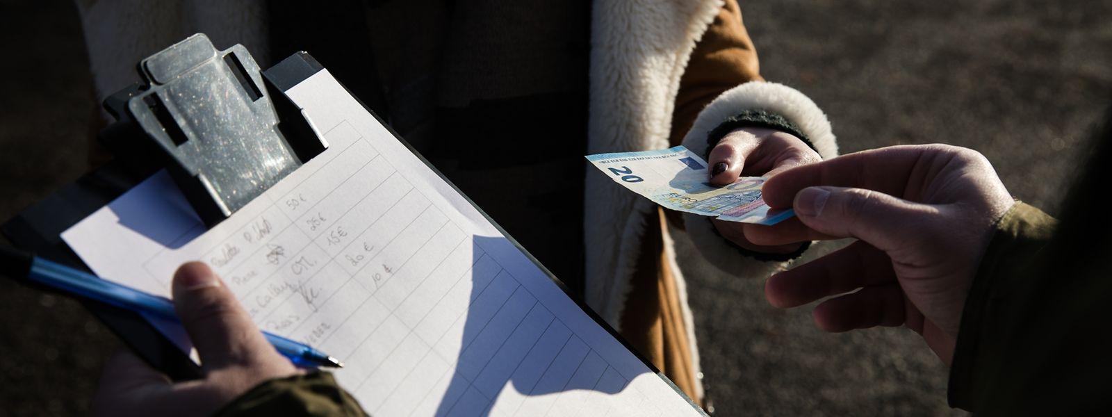 Übler Trick: Die vermeintlichen Spendensammler verlangen nach Bargeld – anders als echte Mitarbeiter von Hilfswerken. Diese bitten in der Regel um eine Banküberweisung.