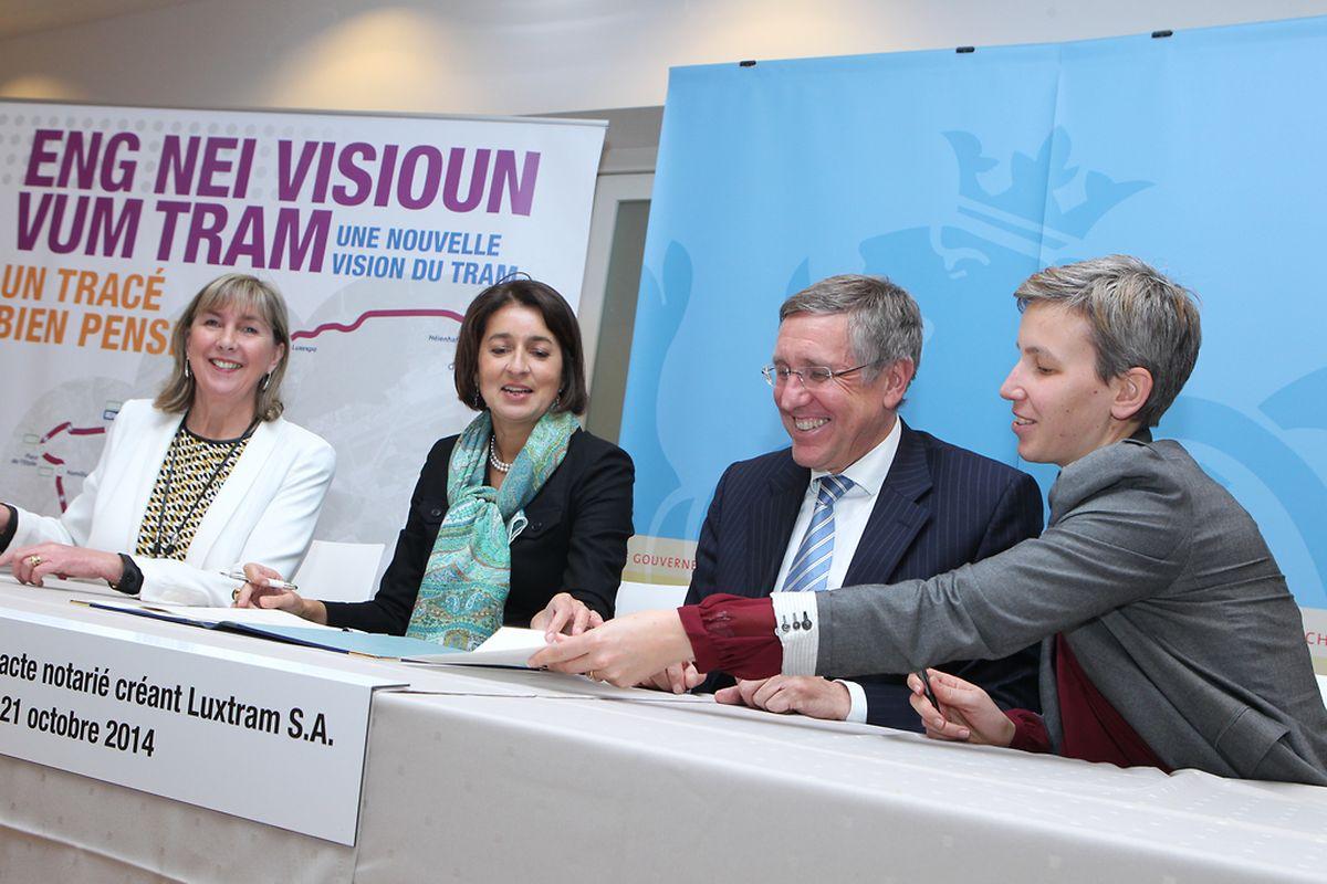 Lydie Polfer, Joëlle Baden, François Bausch und Sam Tanson bei der Unterzeichnung des Gründungsvertrags.