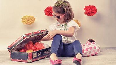 Kleinkind, Koffer, verkleiden (Foto: Shutterstock)