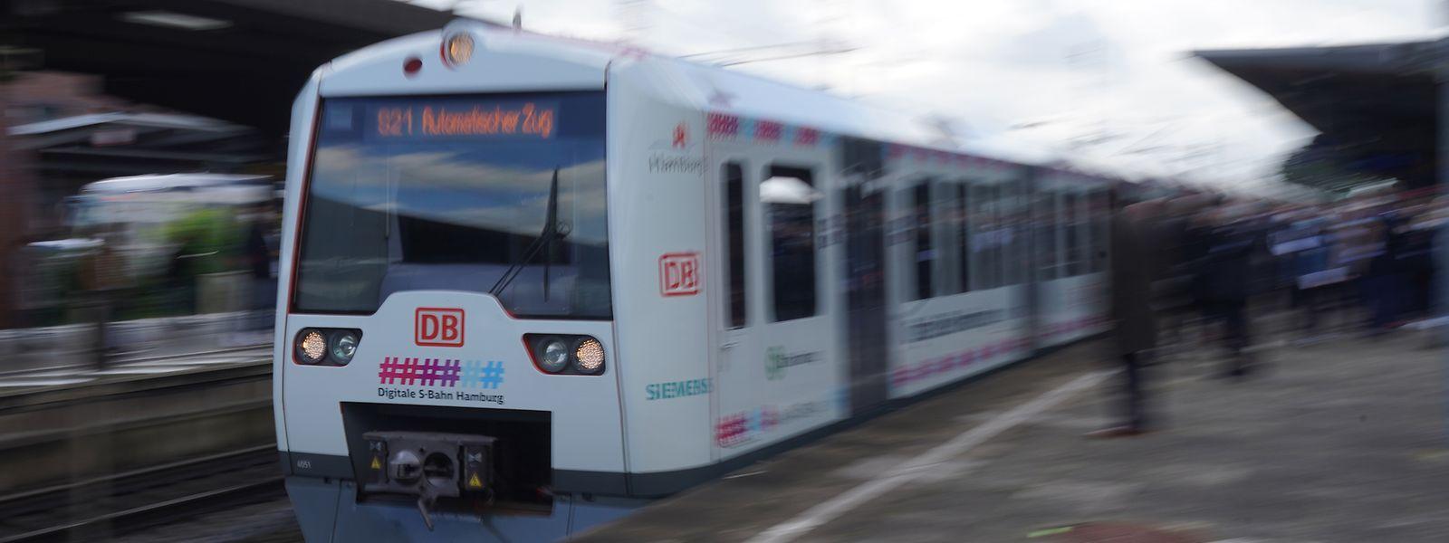 O comboio S-Bahn S21 automático e sem condutor entra na estação de Dammtor em Hamburgo.