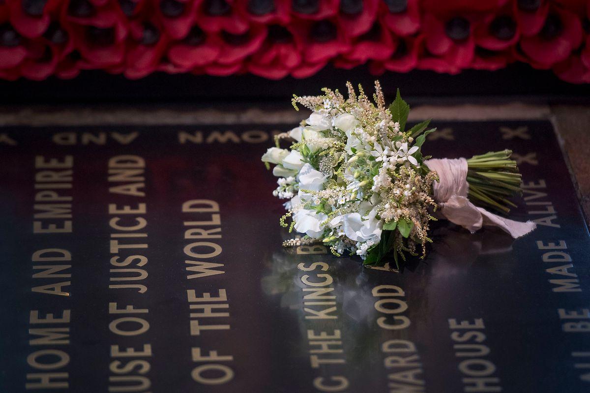Der Brautstrauß von Herzogin Meghan liegt am Tag nach ihrer Hochzeit zum britischen Prinz Harry auf dem Grabmal des Unbekannten Soldaten im Westminister Abbey. Die Brautsträuße der royalen Bräute werden traditionell auf das Grabmal am Tag nach der Hochzeit gelegt, um an alle jene zu denken, die im Krieg oder im militärischen Konflikt ums Leben kamen. Die Tradition begann mit der Queen Mother, die bei ihrer Hochzeit ihren Strauß auf das Grab ihres Bruders legte, der im Ersten Weltkrieg gestorben war.