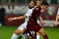 Metz's French defender Fabien Centonze (R) vies with Montpellier's Algerian forward Andy Delort during the French L1 football match between FC Metz and Montpellier Herault SC at the Saint-Symphorien stadium in Longeville-les-Metz, northeastern France, on November 2, 2019. (Photo by JEAN-CHRISTOPHE VERHAEGEN / AFP)