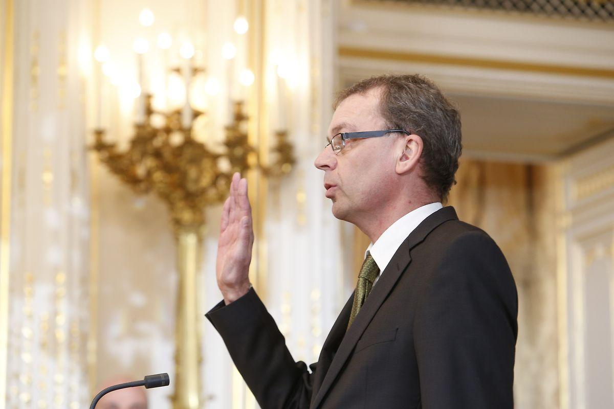 Camille Gira prête serment au Palais grand-ducale en décembre 2013 et devient Secrétaire d'Etat au Développement durable et des Infrastructures.