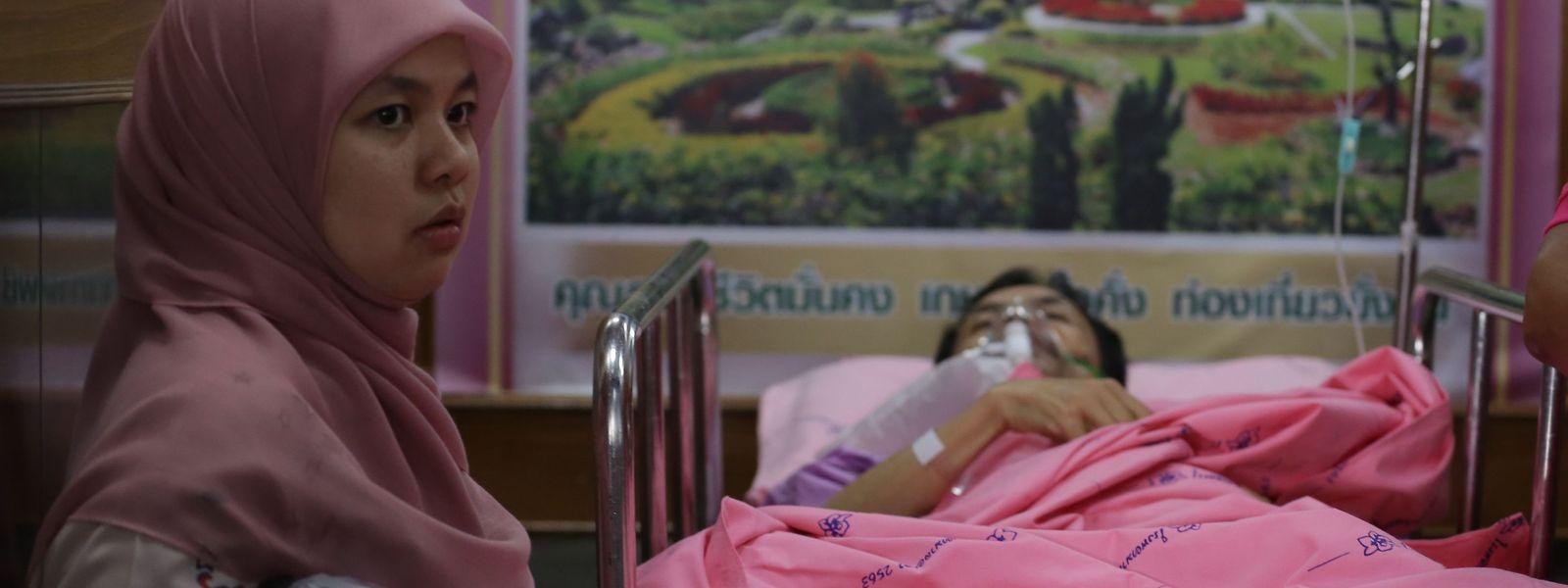Ein Journalist, der bei dem Bombenanschlag verletzt wurde, liegt auf der Intensivstation des Yala Hospital.
