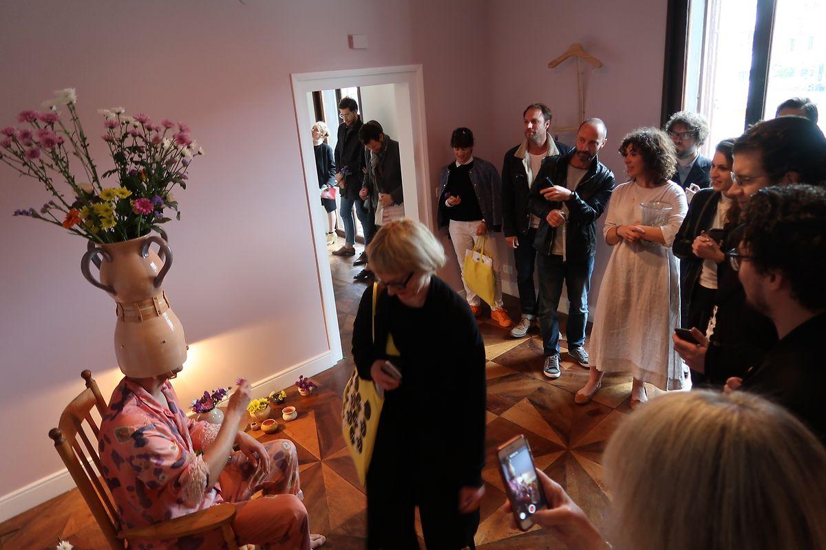 Staunend vor dem Werk: Viele Besucher ließen die Performance erst einmal auf sich wirken.