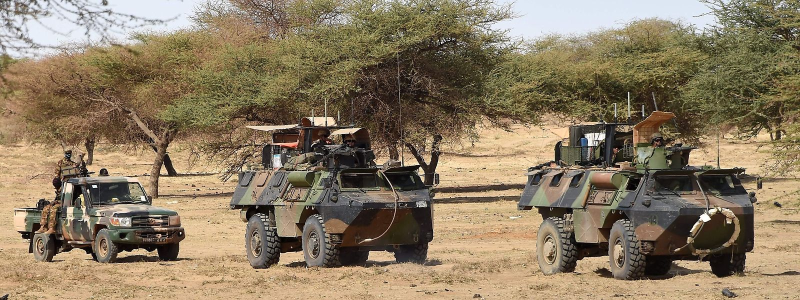 """Die zahlreichen internationalen Militäreinsätze haben daran bislang nicht viel ändern können. Trotz der 14 000 Mann starken UN-Friedensmission in Mali, rund 800 US-Soldaten im Niger oder der etwa 4000 Mann starken französischen Anti-Terror-Truppe """"Barkhane"""" bleibt Terroristen immer noch reichlich Platz, sich zu verstecken."""