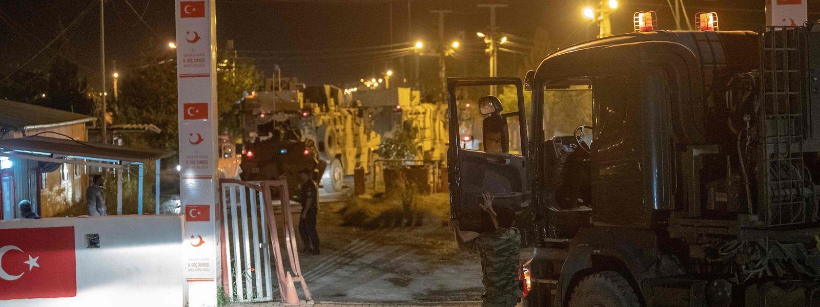 Die türkische Armee am Dienstagabend an der Grenze zu Syrien.