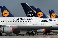 """(FILES) In this file photo taken on March 27, 2020 airplanes of German airline Lufthansa are parked at the """"Franz-Josef-Strauss"""" airport in Munich, southern Germany, amid novel coronavirus COVID-19 pandemic. - Lufthansa says on May 7, 2020 in talks for German govt to take 25% stake in 9 bn-euro rescue (Photo by Christof STACHE / AFP)"""