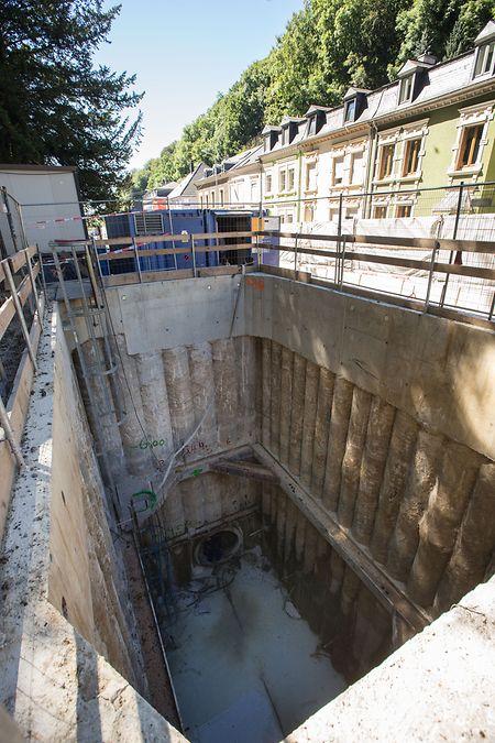 Bei der Baustelle wird auf die Technik des sogenannten unterirdischen Rohrvortriebs gesetzt. Dabei wird die Straße nicht komplett aufgerissen, es werden stattdessen fünf sogenannte Pressgruben errichtet.