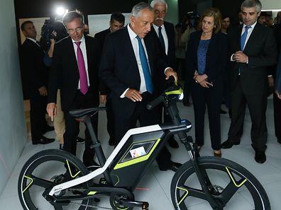 O Presidente da República, Marcelo Rebelo de Sousa (C), observa uma bicicleta durante a visita ao CEiiA (Centro de Excelência para a Inovação da Indústria Automóvel), em Matosinhos, 16 de maio de 2017. ESTELA SILVA/LUSA