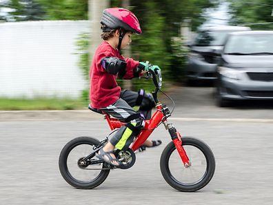 Elle entre en vigueur mercredi: une personne transportant ou accompagnant un enfant de moins de 12 ans sans casque à vélo devra s'acquitter d'une amende de quatrième classe (90 euros).