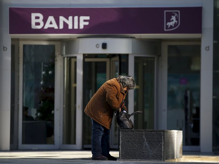 A woman leaves the headquarters of Portuguese bank Banif in Lisbon, Portugal December 21, 2015. REUTERS/Rafael Marchante TPX IMAGES OF THE DAY