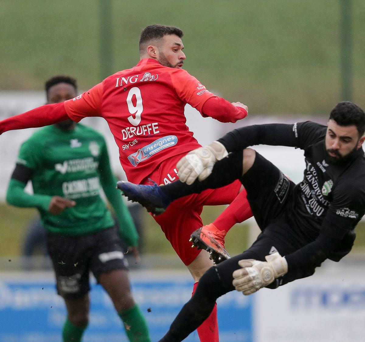 Le Differdangeois Maxime Deruffe face au portier mondorfois Koray Özcan.
