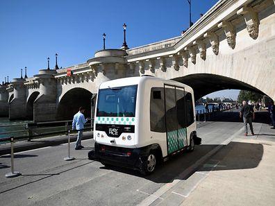Compact et carré, ce petit véhicule blanc à pois verts, parcourait tout l'après-midi un circuit d'une centaine de mètres sur les berges de la Seine, sous le regard amusé et curieux des promeneurs.
