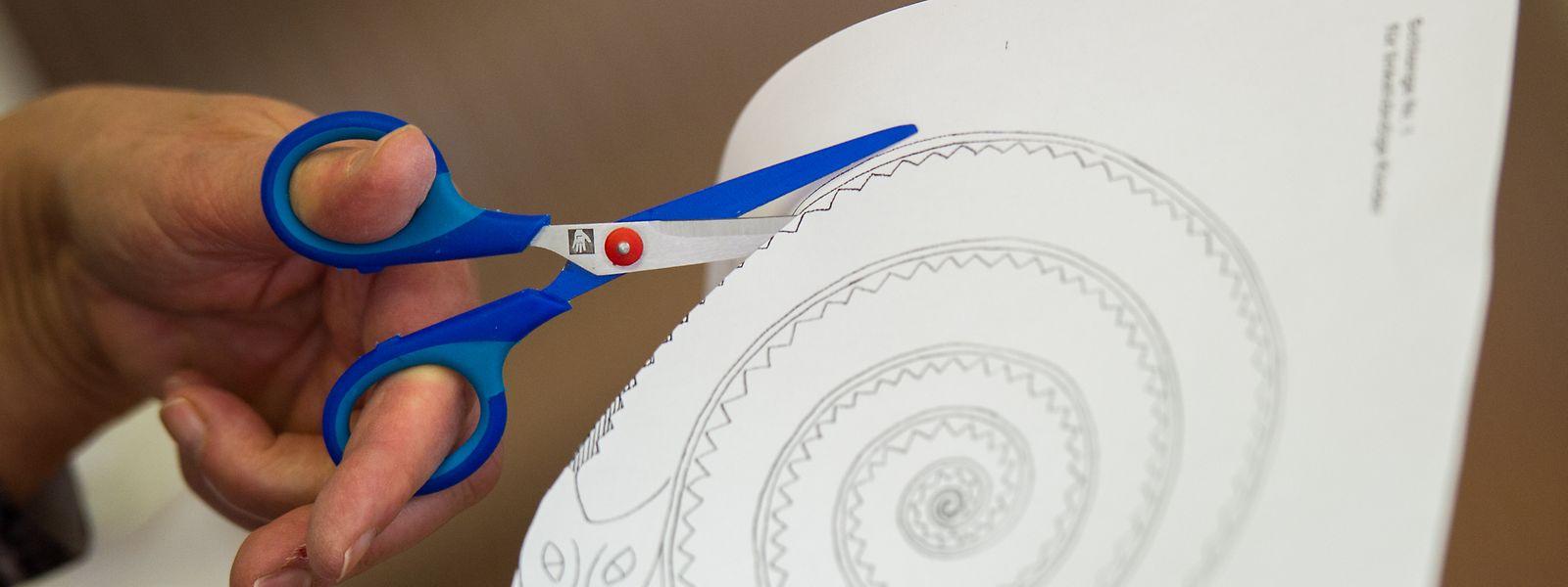 Linkshänder schneiden umgekehrt wie Rechtshänder: bei einer Spirale beispielsweise im Uhrzeigersinn. Deshalb sind eigene Bastelvorlagen für Linkshänder sinnvoll.
