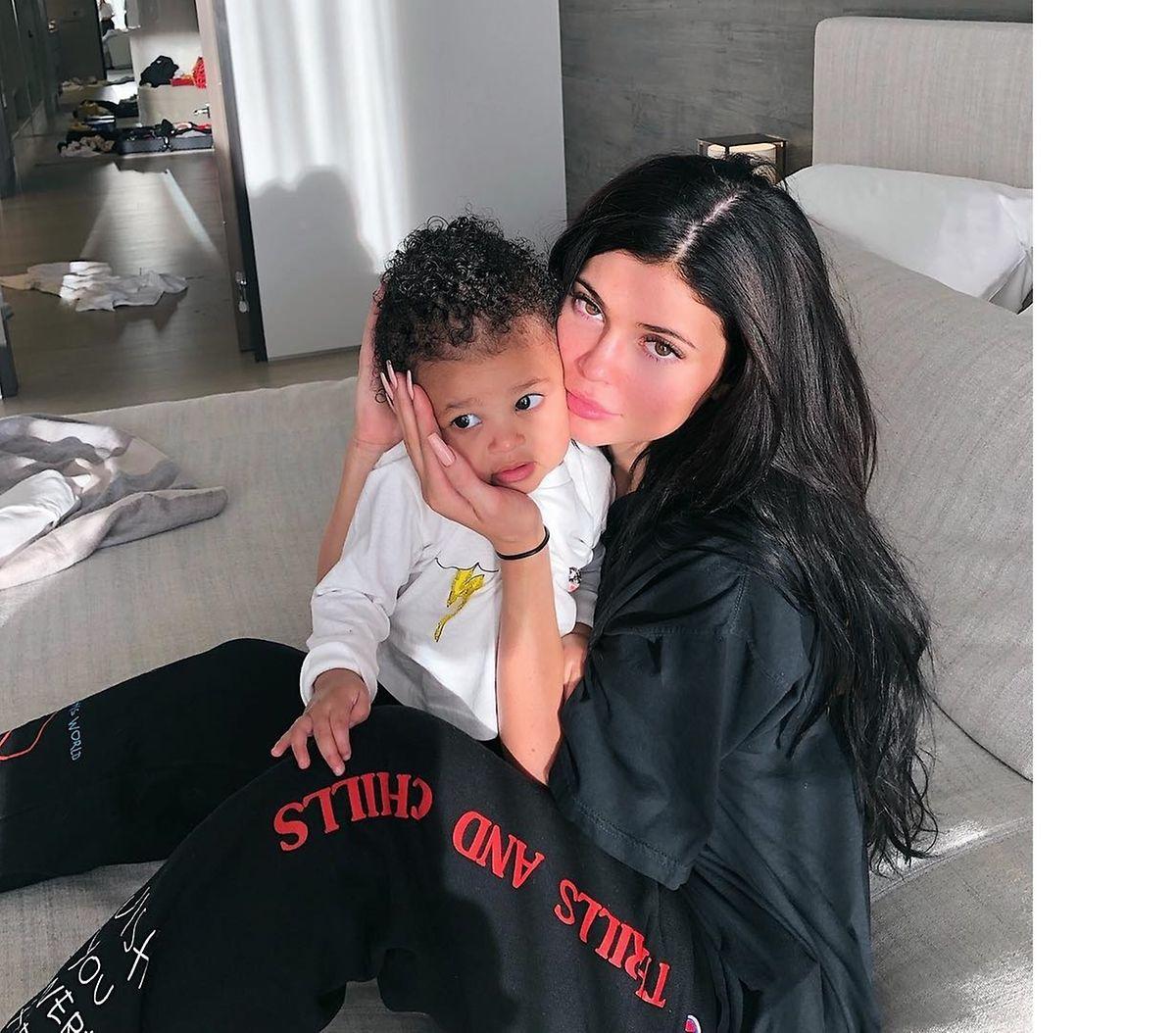 A benjamin do clã Kardashian com a filha Stormi, de 19 meses.