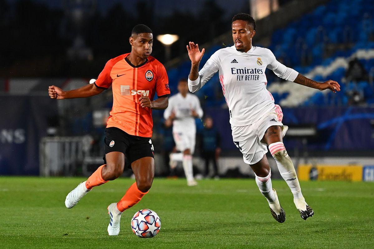 Faux départ pour le Real Madrid du Portugais Eder Militao (à dr., en blanc), battu (2-3) par le Shakhtar Donetsk du Brésilien Tete