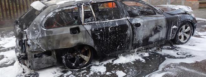 Das Auto der Mutter brannte vollständig aus.