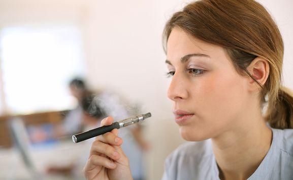 La France vient de voter l'interdiction de vendre des cigarettes électroniques aux mineurs.