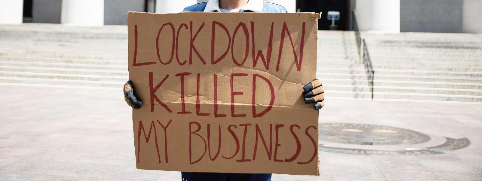 Ein Demonstrant fordert das Ende der Corona-Maßnahmen.