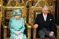 19.12.2019, Großbritannien, London: Die britische Königin Elizabeth II. und ihr Sohn, der britische Prinz Charles, Prinz von Wales, sitzen auf Thronen während der feierlichen Wiedereröffnung des britischen Parlaments. Die britische Königin Elizabeth II. wird am Donnerstag die sogenannte «Queen's Speech», bei der sie das Regierungsprogramm von Premierminister Johnson verliest, halten. Foto: Aaron Chown/PA Wire/dpa +++ dpa-Bildfunk +++