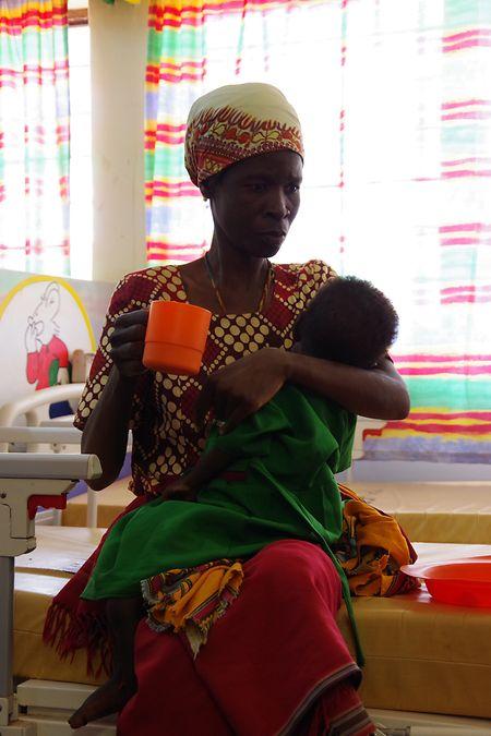 Eine Mutter mit ihrer jungen Tochter. Beide leiden an HIV.