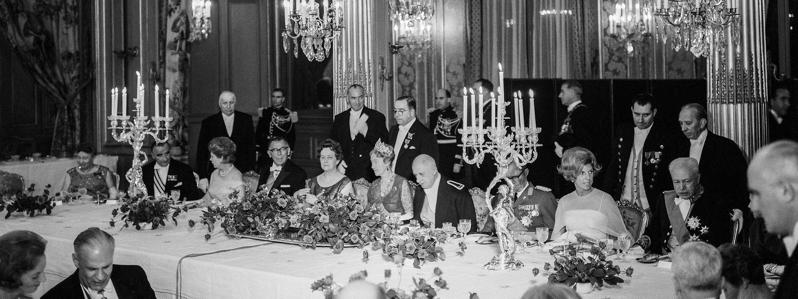 Le dîner du 2 octobre 1963 au Palais de l'Elysée. Le Général de Gaulle accueille la grande-duchesse Charlotte avec les plus grands crus, notamment un Haut-Brion 1957. (Photo: Photothéque de la Ville de Luxembourg / Pol Aschman)