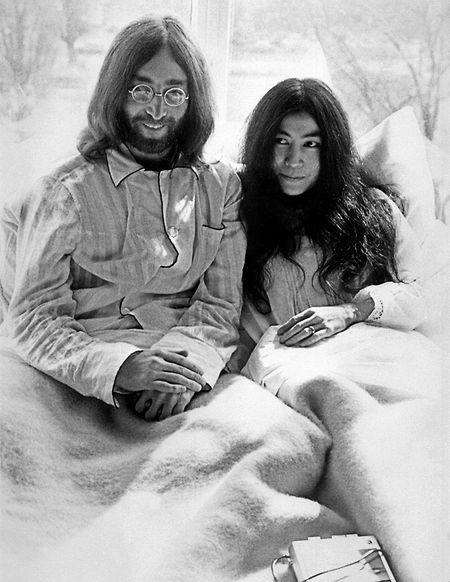 Kurz nach ihrer Hochzeit geben der ehemalige Beatle John Lennon und seine Frau, die japanische Künstlerin Yoko Ono, am 25. März 1969 in einem Bett im Hilton Hotel in Amsterdam sitzend eine Pressekonferenz. Das prominente Paar verbrachte eine Woche in diesem Hotelbett, um damit gegen die Gewalt in der Welt und für den Frieden zu demonstrieren.
