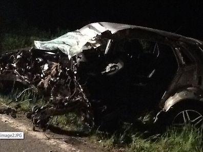 O automóvel ficou parcialmente destruído