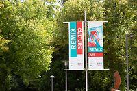 Lokales, drapeaux, Fahnen mit Logo von Esch 2022 in Differdingen beim Kulturzentrum, foto: Chris Karaba/Luxemburger Wort