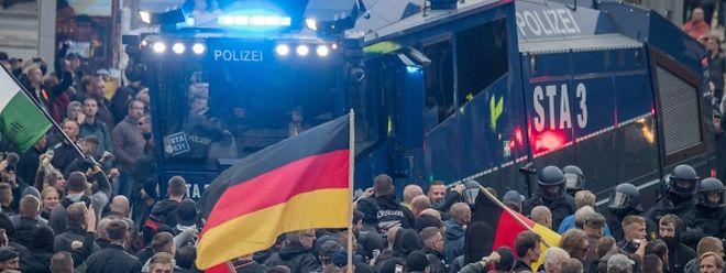 Teilnehmer der Demonstration von AfD und dem ausländerfeindlichen Bündnis Pegida, umlagern einen Wasserwerfer der Polizei.