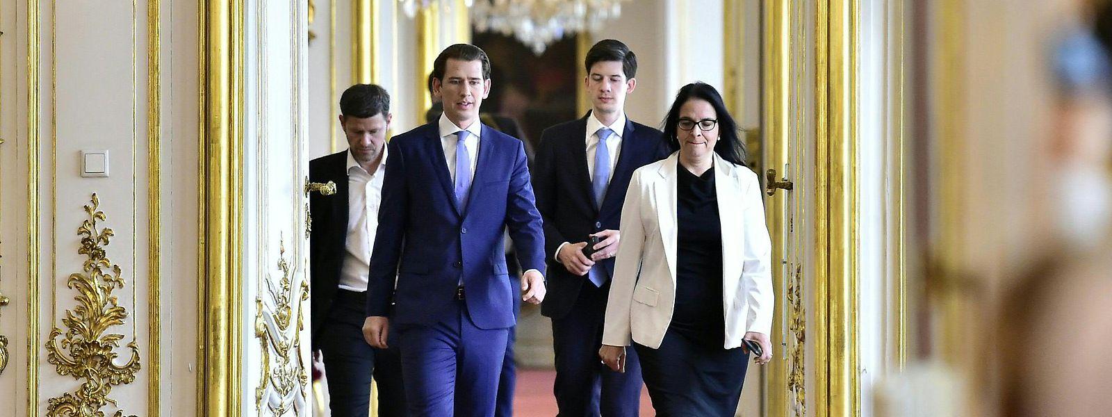 Wien: Sebastian Kurz (2.v.l), Bundeskanzler von Österreich, auf dem Weg zu einem Gespräch mit Bundespräsident Van der Bellen in der Präsidentschaftskanzlei.