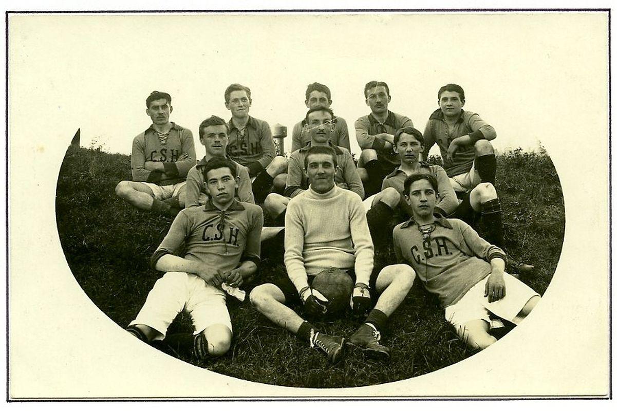 Die Mannschaft des CS Hollerich im Jahr 1915.