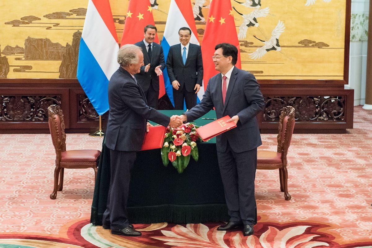 Verwaltungsratspräsident Paul Helminger (Cargolux) mit dem Vorstandsvositzenden Zang Mingchao (HNCA), im Hintergrund Premier Xavier Bettel und Ministerpräsident Li Keqiang.