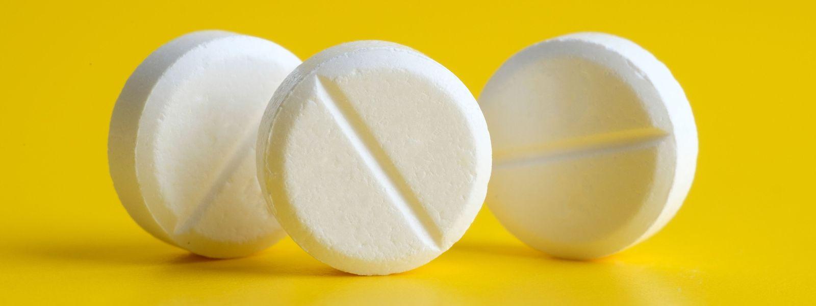 Viel hilft nicht immer viel: Manche Menschen schlucken jeden Tag prophylaktisch ein Aspirin – nicht die beste Idee, warnen Medizinforscher.