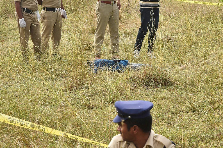Polizisten am Ort, wo die Verdächtigen erschossen wurden. Der Fall löste Proteste in ganz Indien aus.