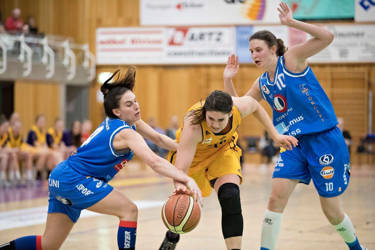 Alexandra Williams (Amicale, Mitte) will sich gegen Lisy (links) und Tessy Hetting (beide Basket Esch) zur Pokalsiegerin krönen.