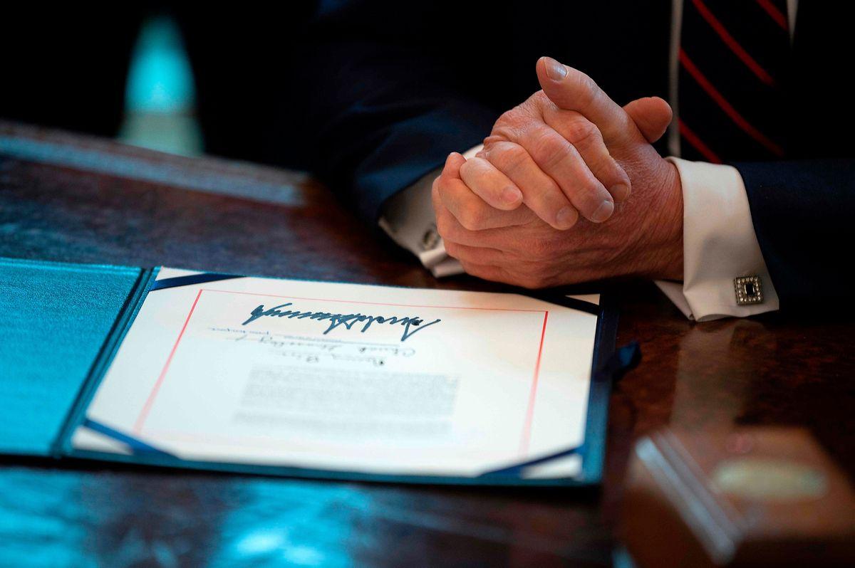 Präsident Trump hat seine Unterschrift unter den CARES-Akt gesetzt, das gigantische, zwei Billionen Dollar umfassende Hilfspaket der USA.