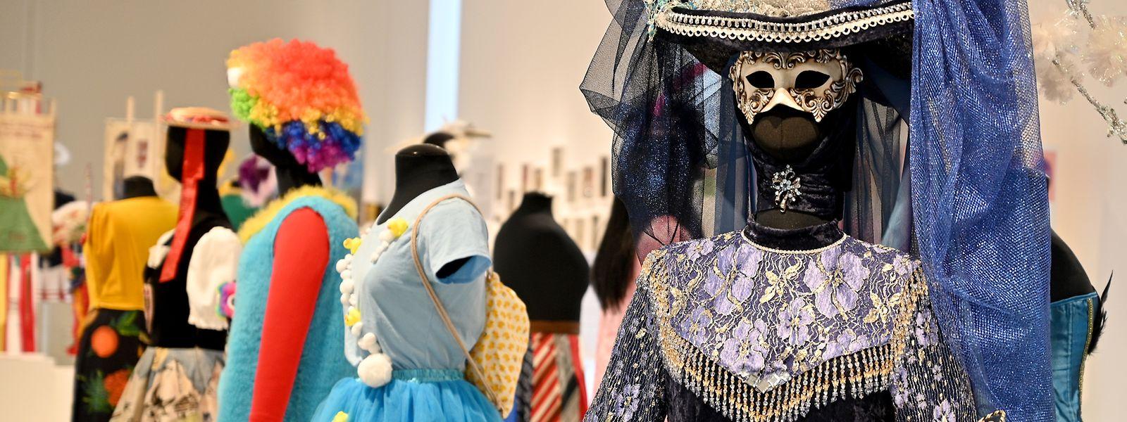 Zahlreiche Karnevalskostüme sind in der aktuellen Ausstellung im Stadtmuseum Simeonstift zu sehen.
