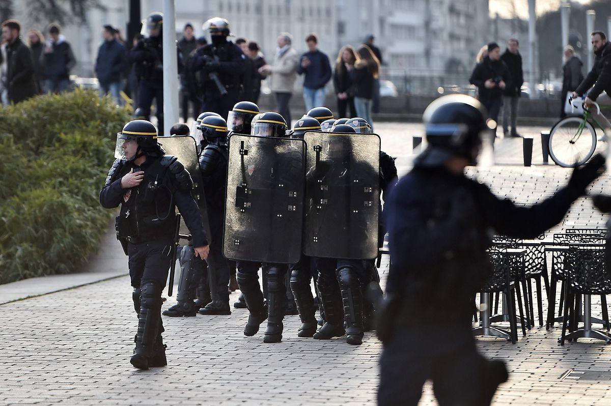 L'affrontement au lieu du dialogue. La France avait instauré une police de proximité. Hélas, Nicolas Sarkozy l'a abolie. Il ne comprenait pas que des policiers puissent jouer au foot avec des jeunes.